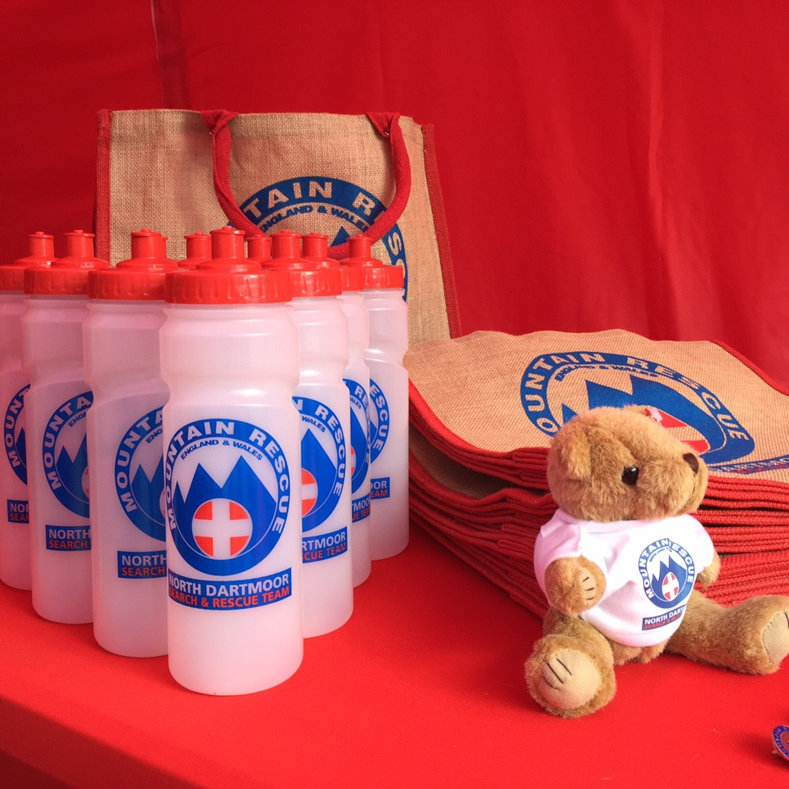 gallerytyu_We really like our new sports bottles and jute shopping bags. The bottles are even made in Britain _)